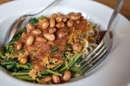 kangkung, 뜨거운 매운 칠리 소스와 함께 전통적인 발리 샐러드를 pleasing