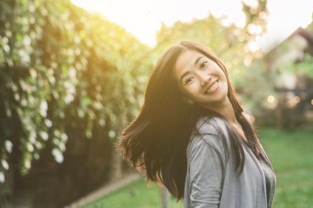 Portrait d'une heureuse femme asiatique attrayante souriante à la caméra Banque d'images - 80162954