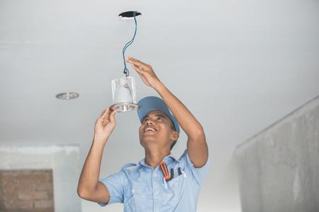 천장 조명을 배선하는 전기의 초상