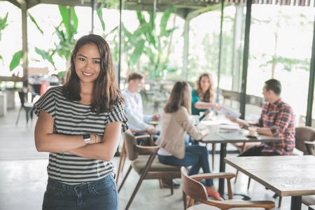 Asiatische frische Absolvent Arbeiter in ihrem ersten Geschäftstreffen in einem Café Standard-Bild - 83124816