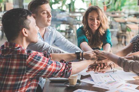 창조적 인 계획 비즈니스 팀웍 다양성에 화합을 보여주는 그들의 손을 함께 넣어