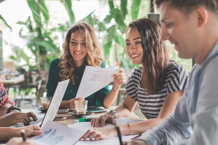Business creatieve ontwerper brainstorming vergadering in een cafe