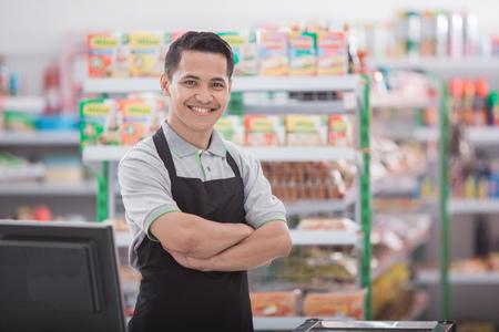portréja boldog ázsiai férfi boltos Stock fotó