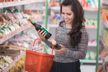 portret van gelukkige klant winkelen bij boodschappen winkel Stockfoto