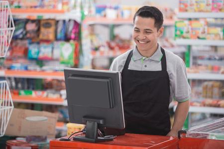 portret van gelukkige Aziatische mannelijke winkelier