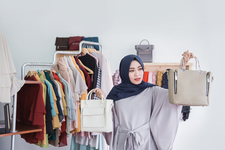 魅力的な若い女性の外観を混乱させる新しい財布を購入するを選択するとき
