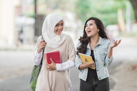 Feliz, dois, estudantes asian, amigo, andar, ligado, campus Foto de archivo - 92565485