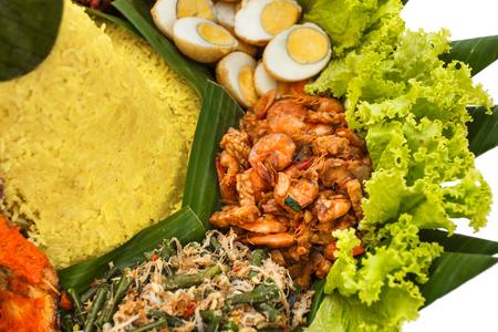 portret van bijgerechten op nasi tumpeng, Indonesisch eten Stockfoto