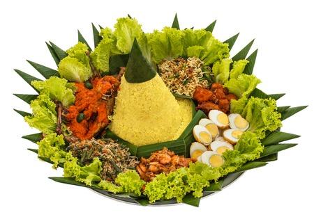 portret van nasi tumpeng voor viering, Indonesische keuken geïsoleerd op een witte achtergrond