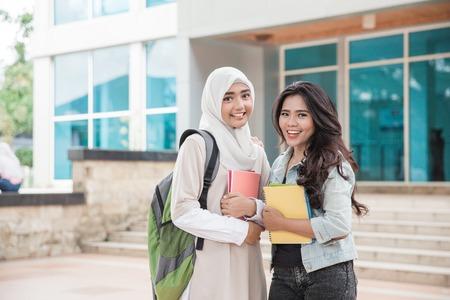 カメラに微笑むキャンパス内のアジアの大学生の肖像画