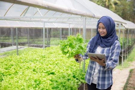태블릿이있는 여성 농부