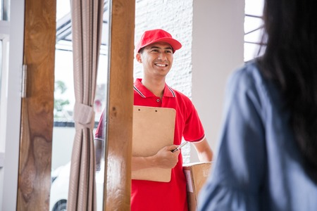 delivery man delivering box Stock Photo - 95138537