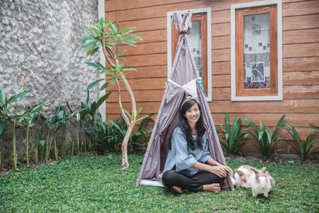 Eine Frau in einem Zelt Standard-Bild - 95138678