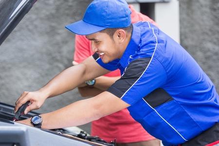 techinician help customer fixing his car
