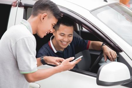 Cliente que pide taxi a través de aplicaciones en línea Foto de archivo - 96253578