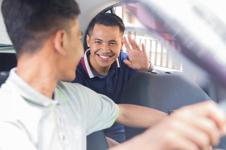 happy passenger greet his driver Banque d'images