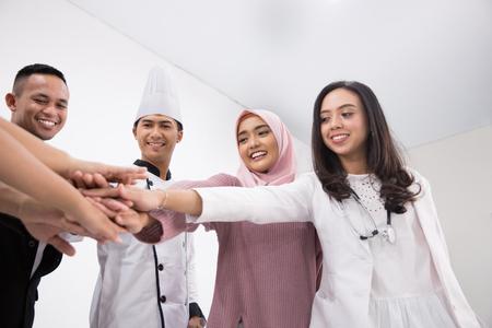 Verschiedene Berufe Menschen setzen Hände zusammen Standard-Bild - 98002791