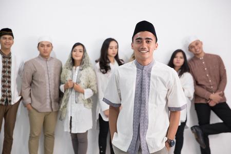 アジア系イスラム教徒の男女グループ