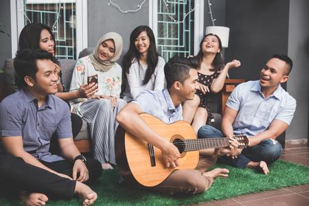 Giovani amici felici che cantano insieme Archivio Fotografico - 98867588