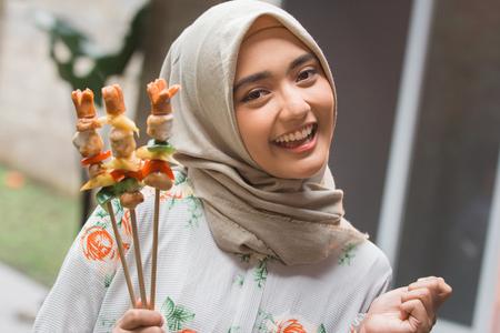 muslim woman barbecue Foto de archivo