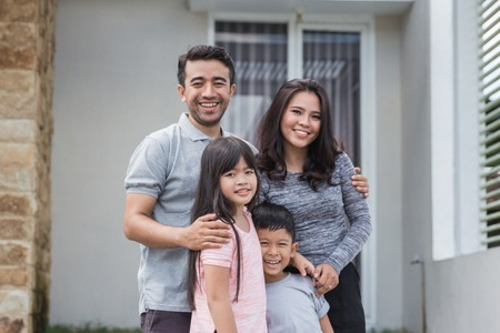 happy asian family in front of their house Banque d'images