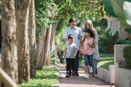 快乐的现代可爱的穆斯林家庭