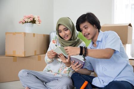 muslimisches Paar, das Farbe wählt