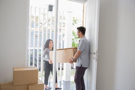 couple moving to new house Standard-Bild