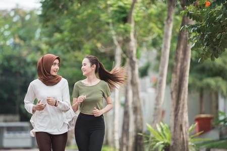 Heureux, jeune, femme asiatique, exercice, et, échauffement Banque d'images - 101144983