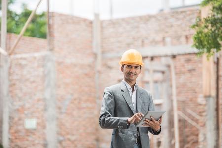 architech maschio o progettisti di edifici in piedi con tablet