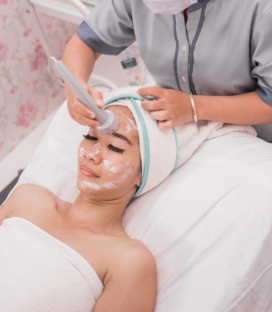 tratamiento de belleza con equipo de radiofrecuencia