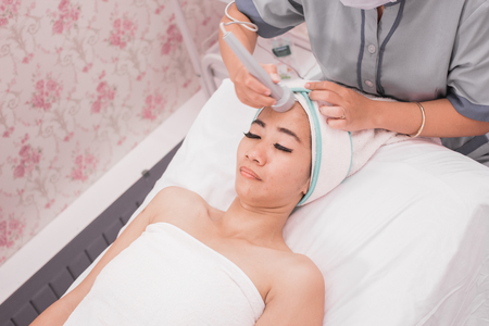 face treatment with rf skin tightening machine