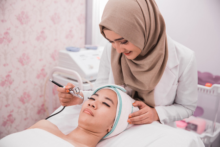 beautician treatment using oxygen therapy