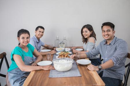 Gruppe von Asiaten beim Mittagessen