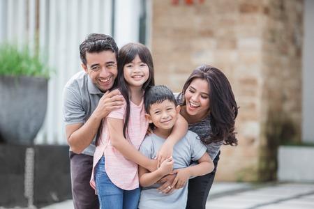 famille devant leur nouvelle maison Banque d'images