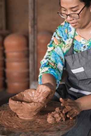 professional pottery maker working with clay Archivio Fotografico - 102120519
