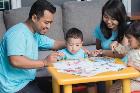 pittura e disegno del bambino asiatico