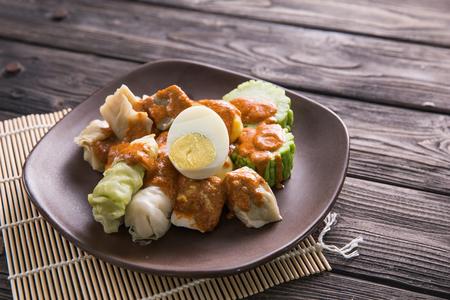 siomay. comida tradicional de Indonesia con salsa de maní. bola de masa hervida