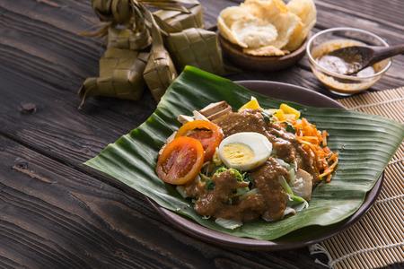gado-gado. traditional indonesian food. rice cake, egg and vegetable with peanut sauce 版權商用圖片