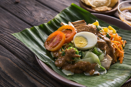 delicious vegetable and rice cake with peanut sauce. traditional food Stockfoto