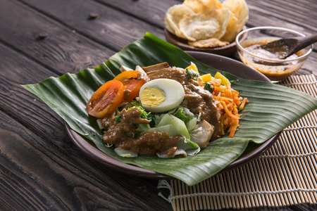 gado-gado. traditional indonesian food. rice cake, egg and vegetable with peanut sauce 免版税图像