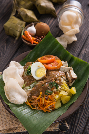 gado-gado. traditional indonesian food. rice cake, egg and vegetable with peanut sauce Stockfoto