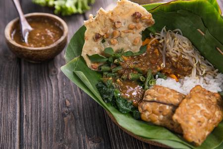 nasi pecel. légumes avec sauce aux arachides. cuisine traditionnelle indonésienne