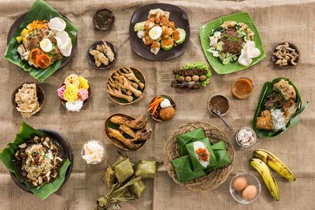 bovenaanzicht van traditionele Indonesische culinaire gerechten, gado gado