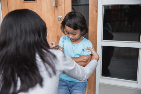 retrato de joven madre persuadió a su hija. problema de comportamiento infantil