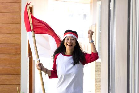 Frau mit indonesischer Flagge