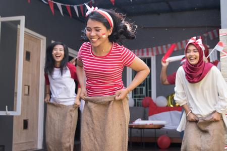 corsa con i sacchi durante il giorno dell'indipendenza dell'indonesia