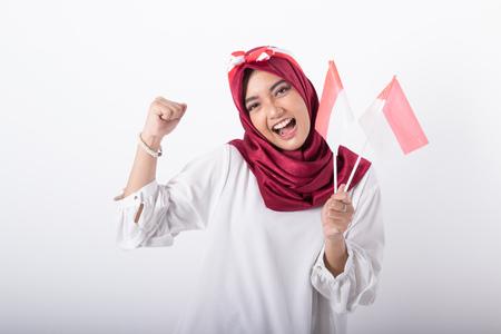 donna musulmana con bandiera indonesiana