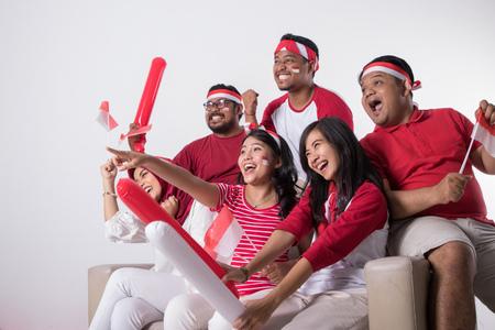 Indonesische supporter kijkt opgewonden toe Stockfoto