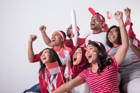 Partidario de Indonesia mirando con entusiasmo Foto de archivo - 105336292